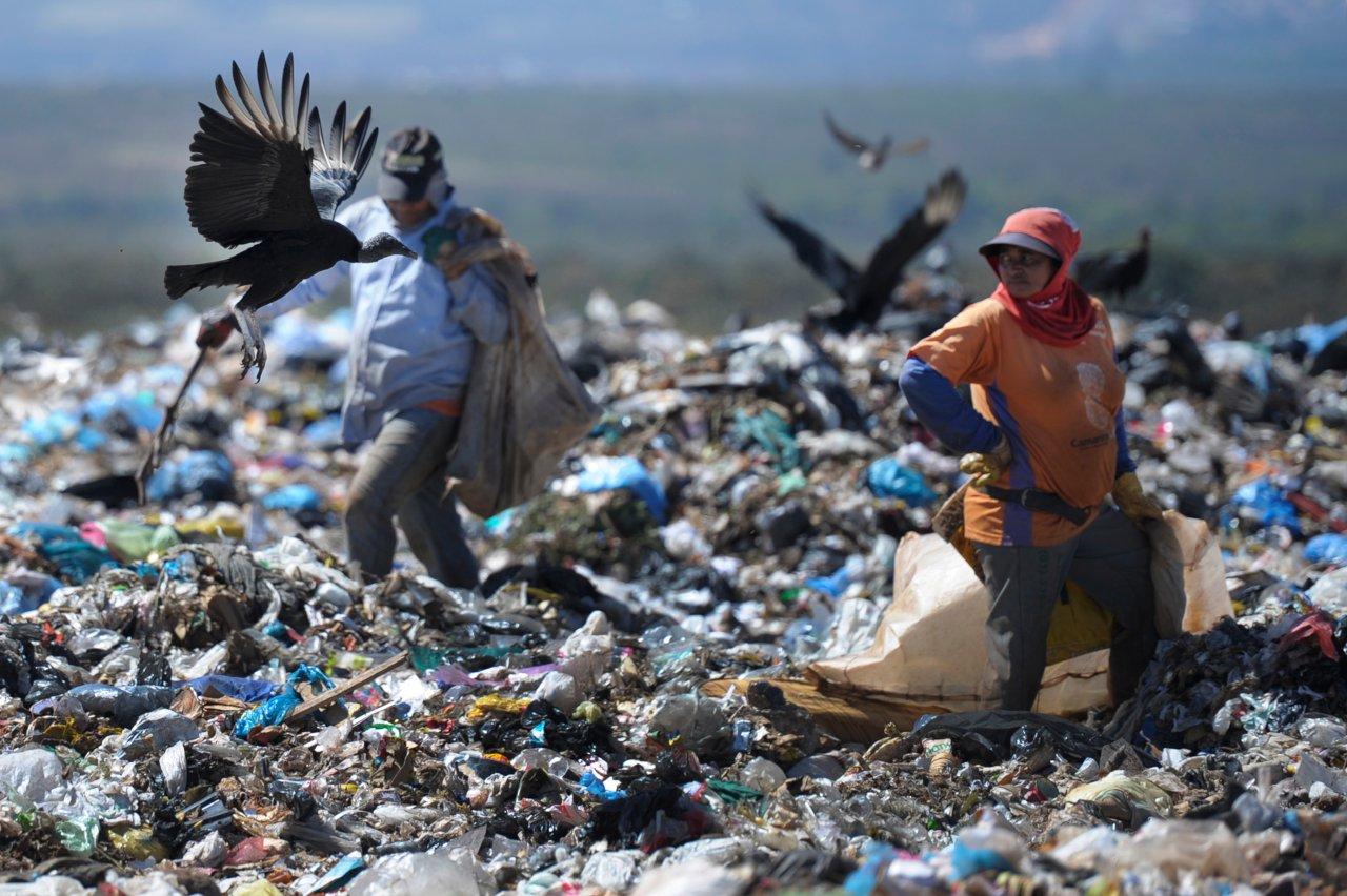 Catadores no Lixao da Estrutural - Brasilia - Foto Reproducao